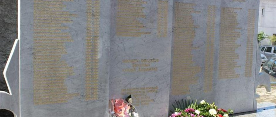 Obilaskom spomen-obilježja i šehitluka u Bosanskoj Krupi obilježen Dan Armije RBiH