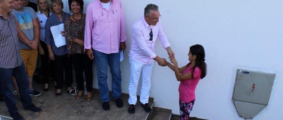 Topli dom za šest romskih porodica: Uručeni ključevi stanova na Tećiji u Bosanskoj Krupi